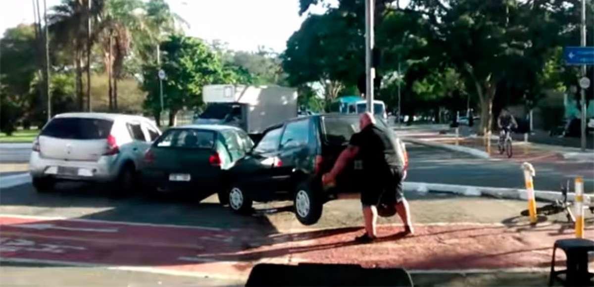 """Un ciclista encuentra un coche aparcado en un carril bici... y lo aparta """"a pulso"""""""