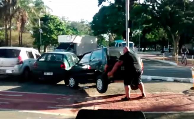 Un ciclista encuentra un coche aparcado en un carril bici... y lo aparta 'a pulso'