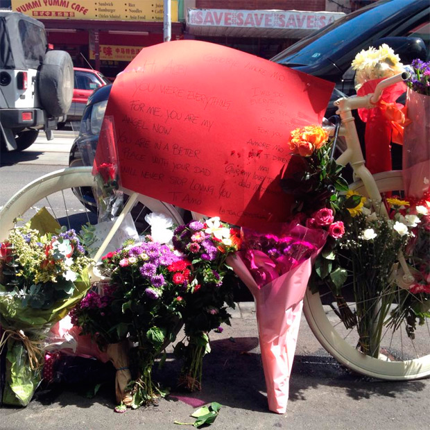 Un ciclista choca contra la puerta (repentinamente) abierta de un vehículo estacionado... y muere arrollado por un camión