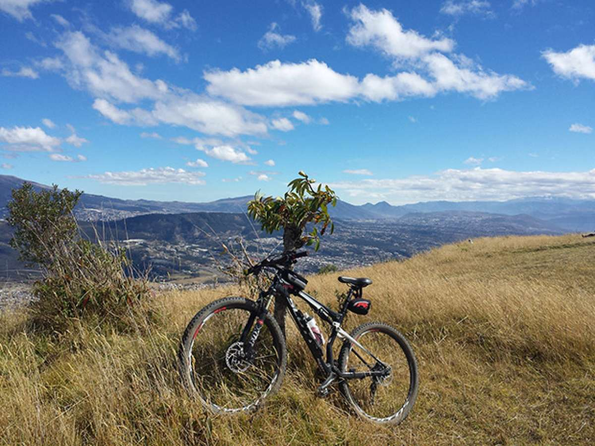 La foto del día en TodoMountainBike: 'En la cima del volcán Ilaló'