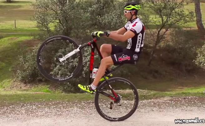 ¿Cómo hacer un 'caballito' con la bicicleta?