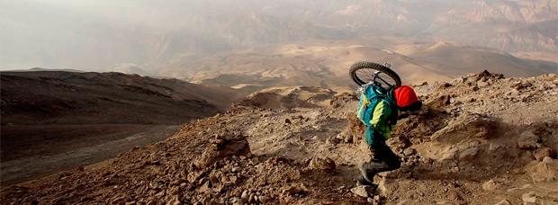 Descendiendo los 5.671 metros del monte Damavand en Irán con un monociclo