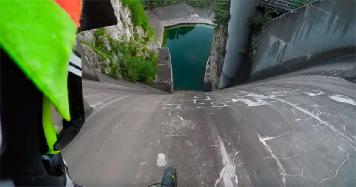 Increíble descenso casi vertical por la pared de una presa