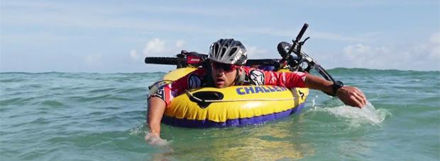 Practicando ciclismo de montaña en la isla de Oahu (Hawái)