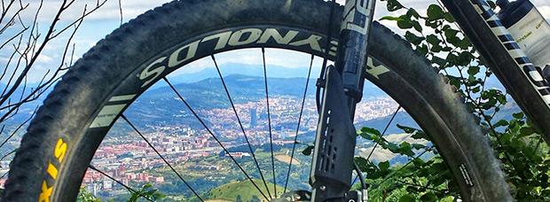 La foto del día en TodoMountainBike: 'La manca con Bilbao a sus pies'