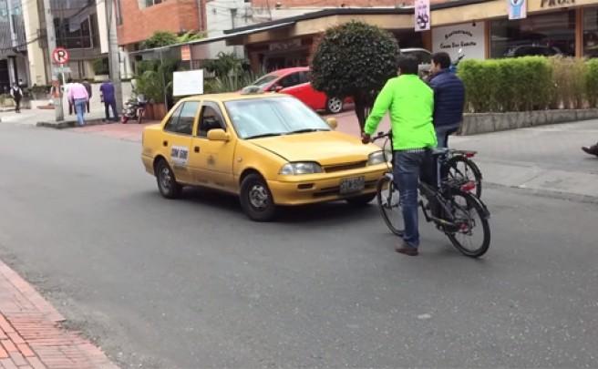 Fantástica lección de seguridad vial impartida por dos ciclistas a un taxista colombiano