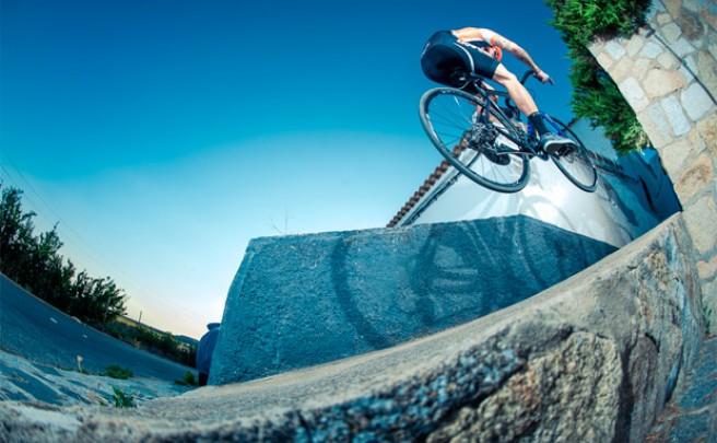 David Cachón presumiendo de técnica sobre una bicicleta de carretera