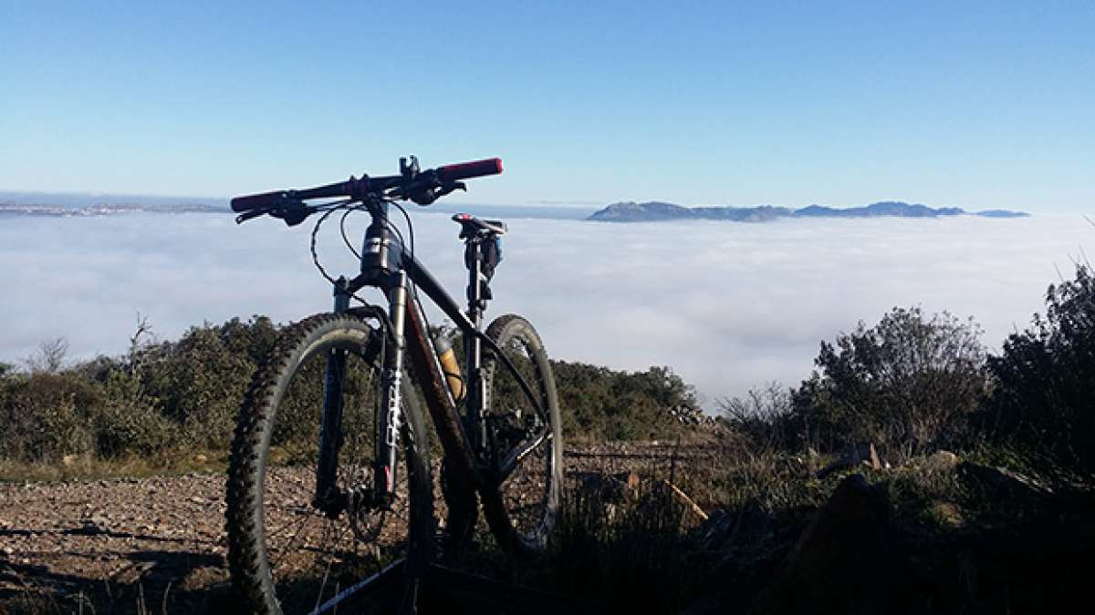 """La foto del día en TodoMountainBike: """"Pedaleando en un mar de nubes"""""""