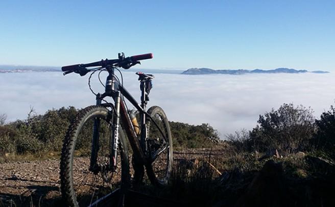 La foto del día en TodoMountainBike: 'Pedaleando en un mar de nubes'