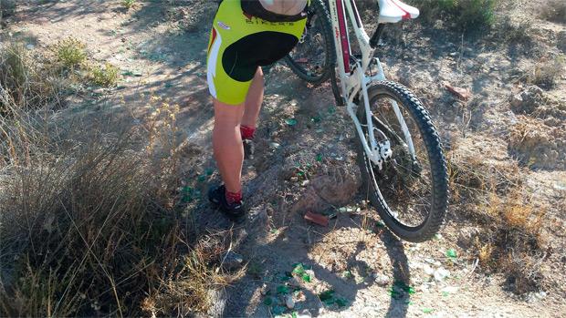 Llenar el monte de cristales, otra 'genial' práctica para impedir el paso de deportistas y senderistas