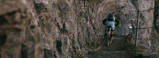 Cruzando el Paso del Gemmi (Suiza) en bicicleta de montaña con Manuel Scheidegger