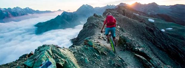 Practicando Mountain Bike en el valle alpino de Engadina con el VERTriders Team
