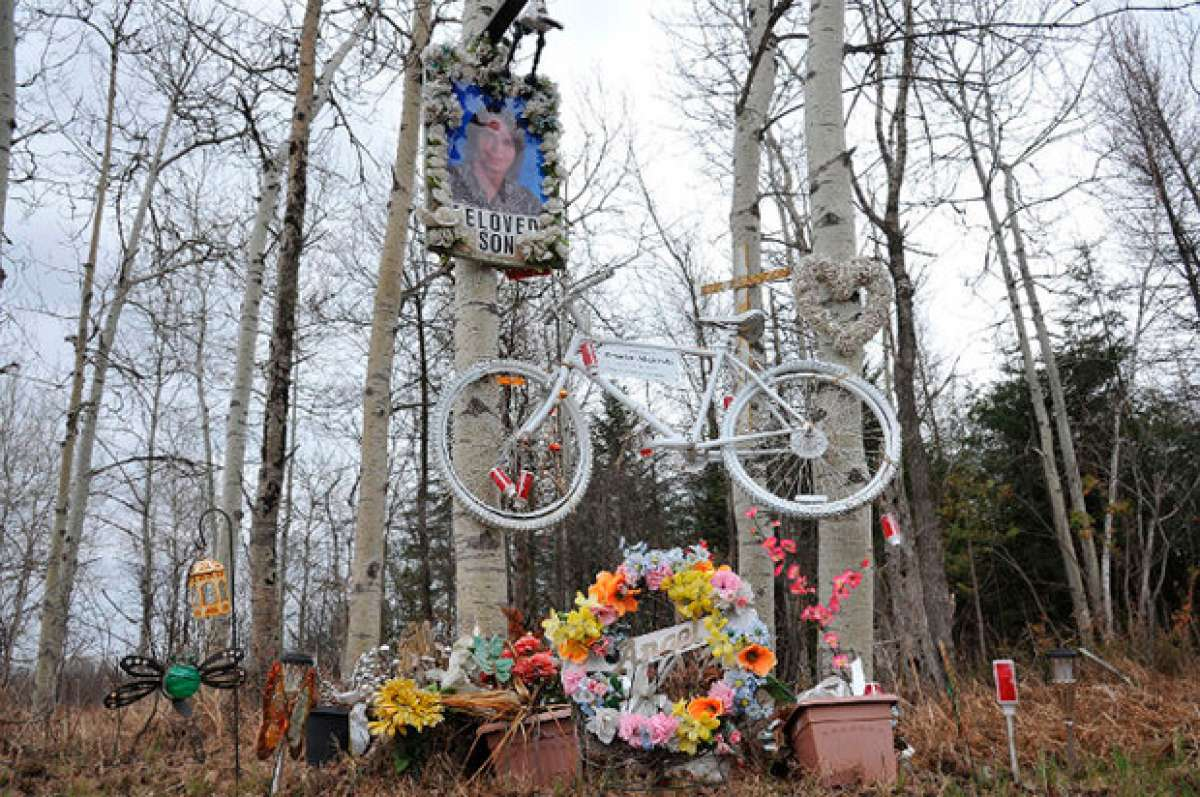 """Una mujer atropella a tres jóvenes ciclistas (causando la muerte de uno de ellos) y los demanda por sufrir """"trauma emocional"""""""