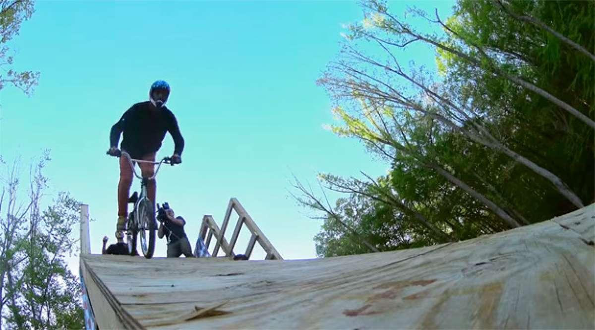 """Jed Mildon haciendo el primer cuádruple """"backflip"""" de la historia sobre una BMX"""