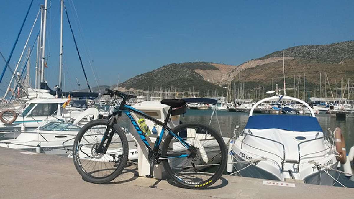 """La foto del día en TodoMountainBike: """"En Port Ginesta. Barcos y Mar"""""""