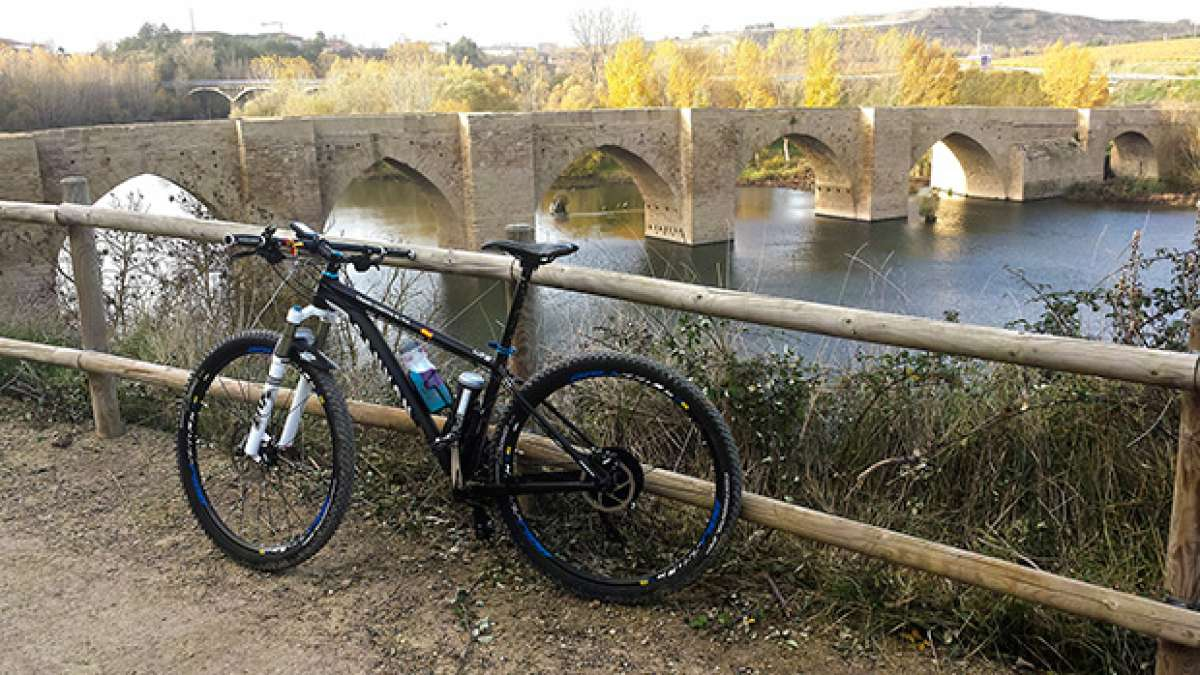 """La foto del día en TodoMountainBike: """"Otoño en La Rioja junto al Puente de Briñas"""""""