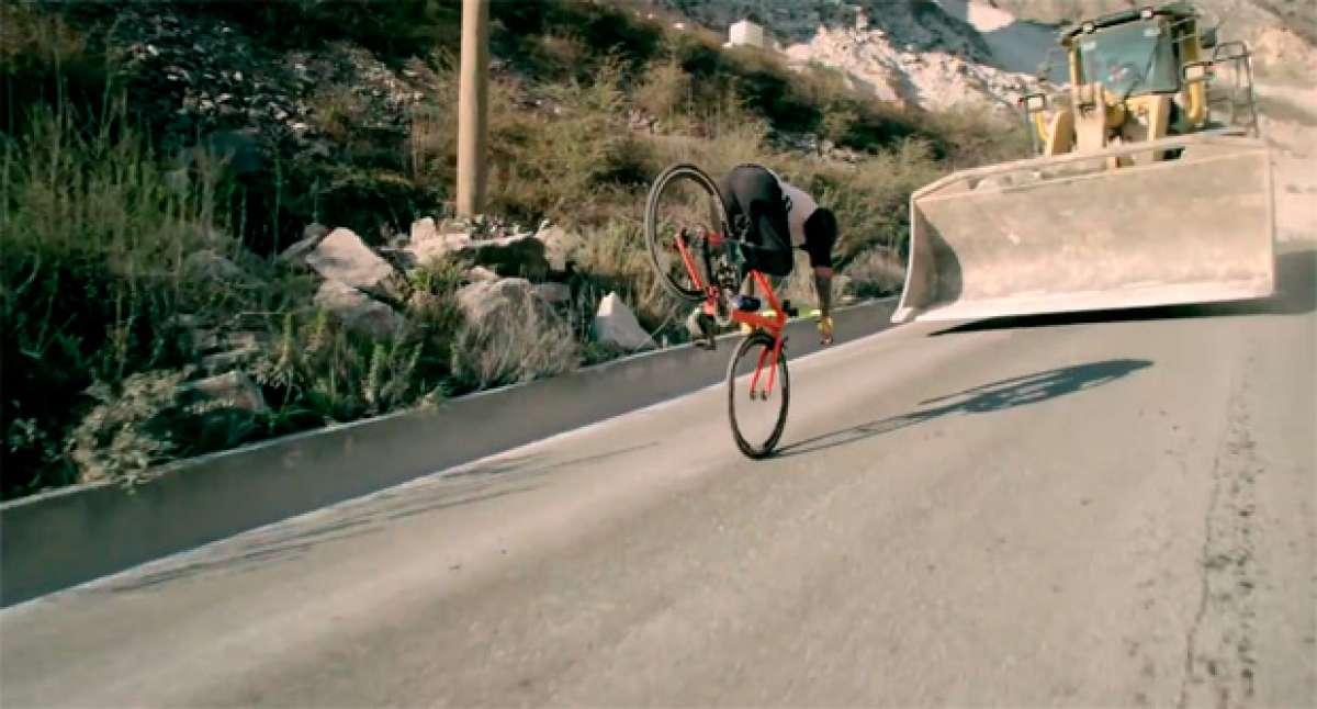 """Road Bike Freestyle Extended Edition"", la espectacular técnica de Vittorio Brumotti sobre una bicicleta de carretera"