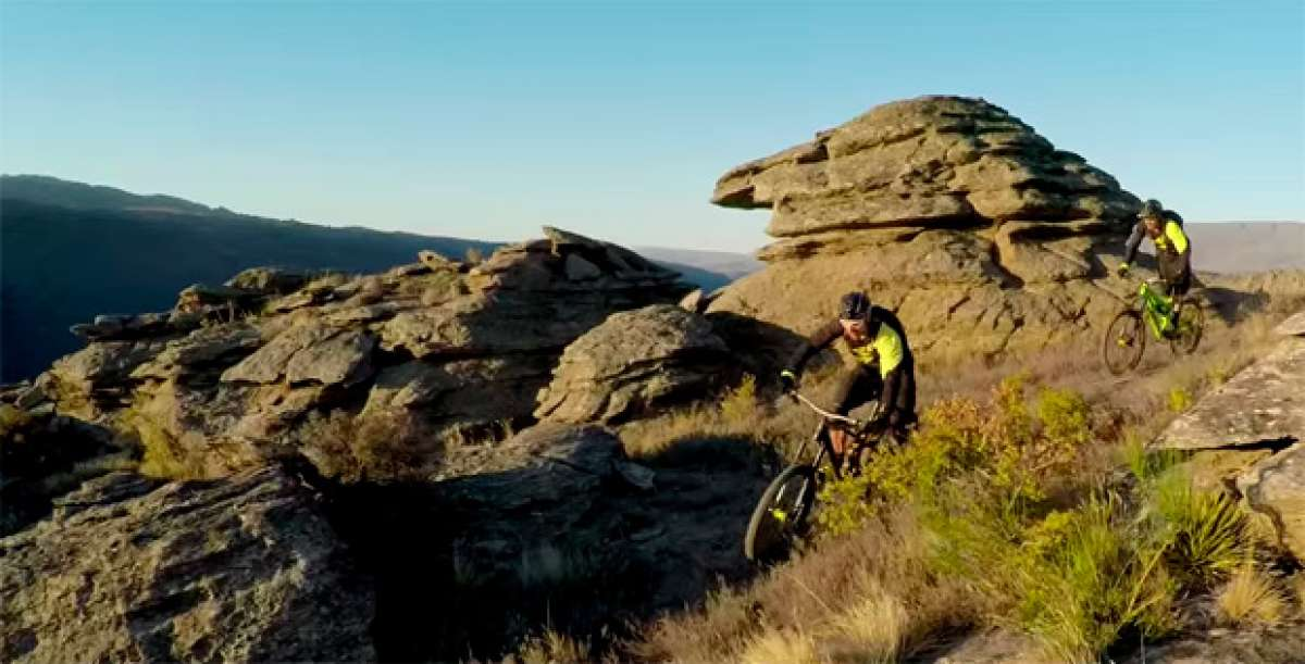 """Descubriendo las """"rutas del oro"""" de Nueva Zelanda con Fabien Barel y Sam Hill"""