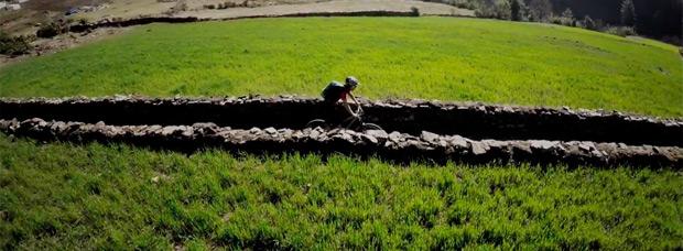 'Slow Down', o cómo escapar de la rutina diaria rodando por las maravillosas montañas de Nepal