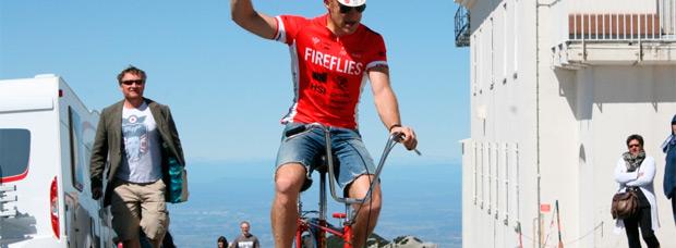 Subiendo el Mont Ventoux (adelantando a un pelotón de ciclistas) con una Raleigh Chopper de los años 70