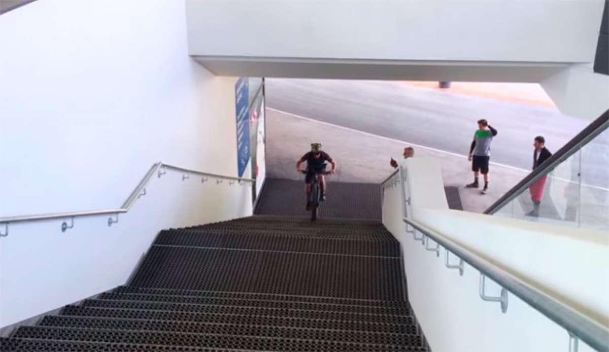 Subiendo por unas escaleras con una Specialized Turbo Levo FSR 6Fattie de 2016