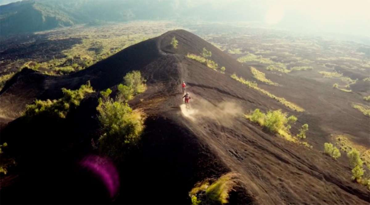 Practicando Mountain Bike en la isla de Bali (Indonesia)