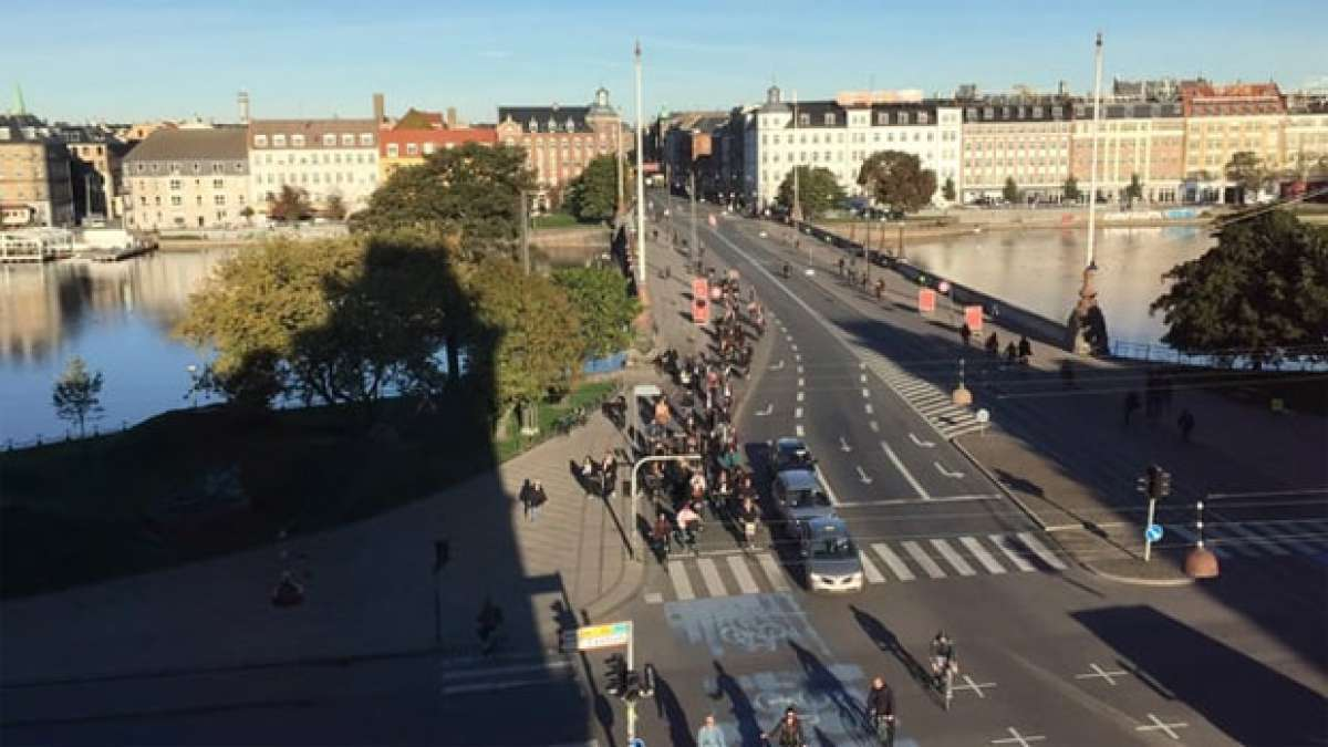 Cientos de bicicletas y algún que otro coche: Así es el tráfico en Copenhague (Dinamarca)