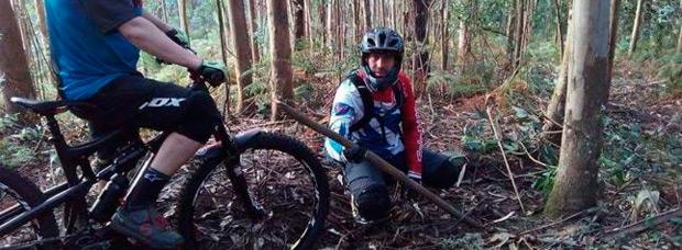 Estacas de madera para 'empalar' ciclistas en los montes de Gondomar (Galicia)
