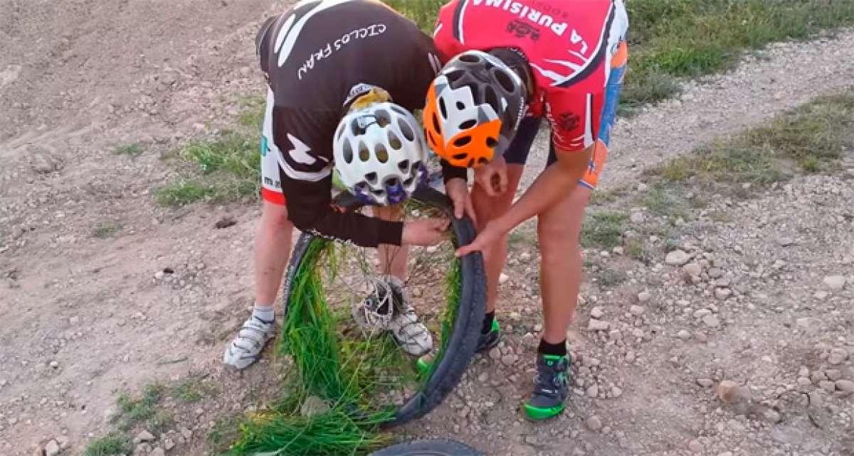 Así se arregla un pinchazo de Tubeless utilizando hierba del campo