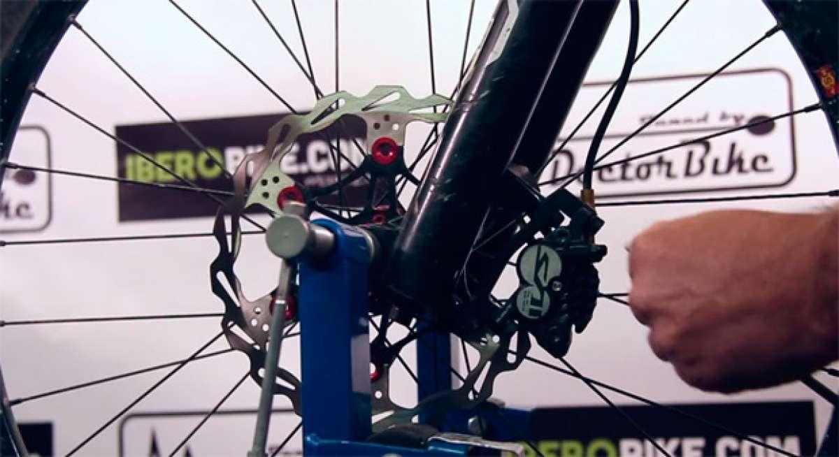 Cómo eliminar los molestos ruidos de los frenos de una bicicleta de montaña