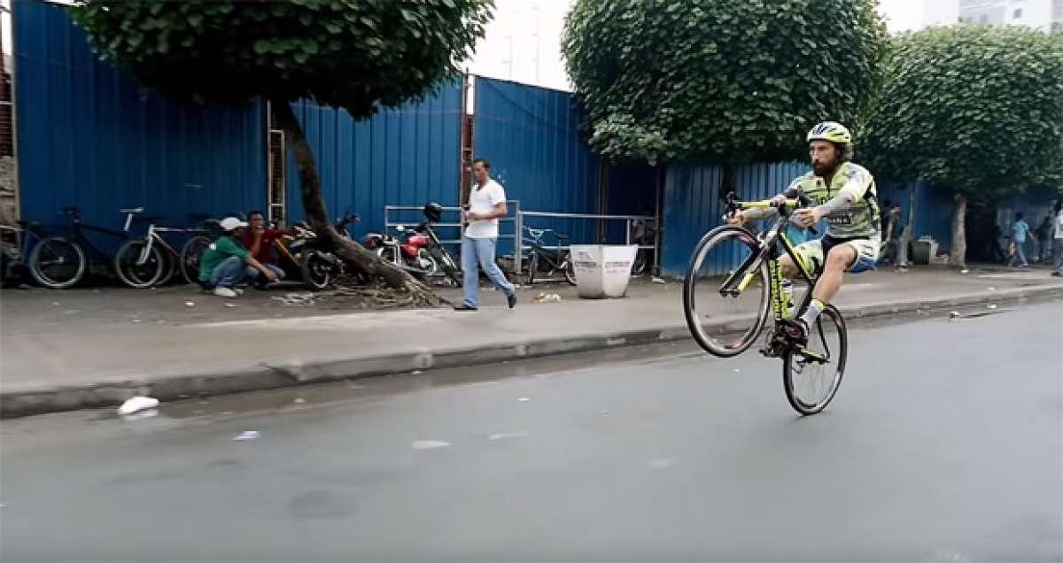 En TodoMountainBike: Bike Trial sobre una bicicleta de carretera por las calles de Manila con Vittorio Brumotti