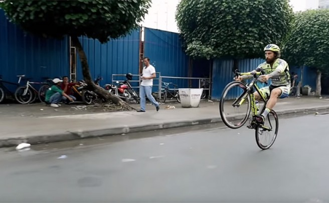 Trial sobre una bicicleta de carretera por las calles de Manila con Vittorio Brumotti