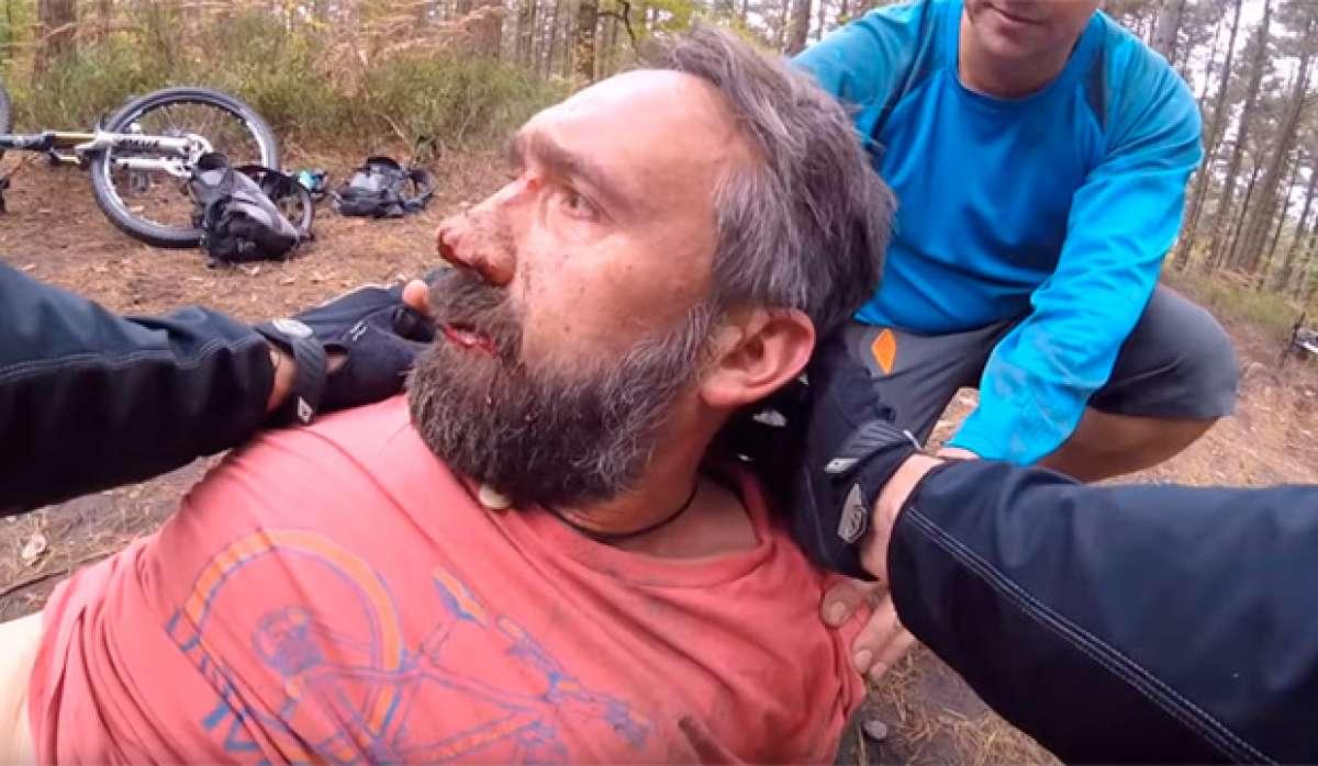 Espeluznante accidente de un ciclista, o por qué el casco nos puede salvar la vida