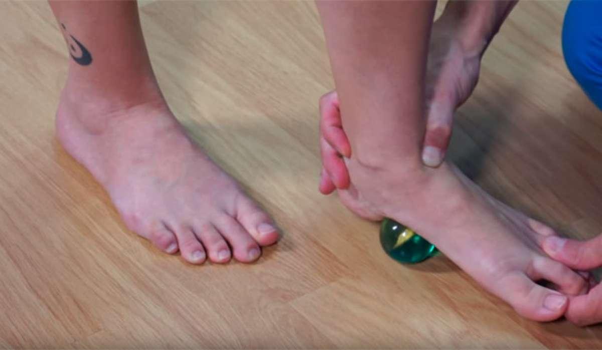 Automasaje con una pelota, un método efectivo para aliviar la musculatura de los pies