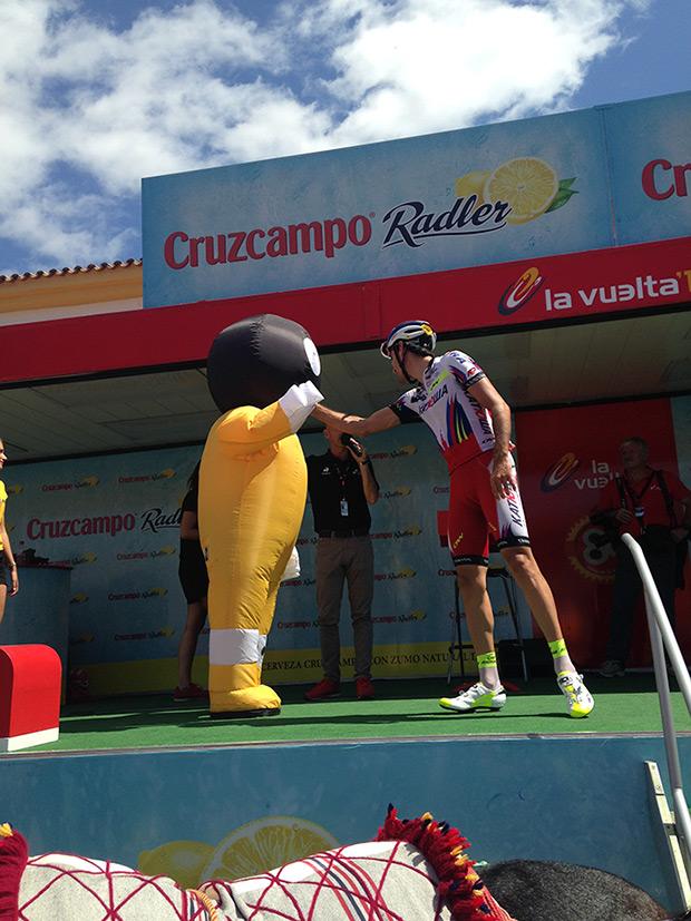 Los autógrafos de los ciclistas de La Vuelta a España 2016, a cargo de BIC