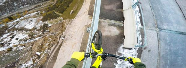 Fabio Wibmer jugándose la vida (literalmente) sobre una presa de 200 metros de altura