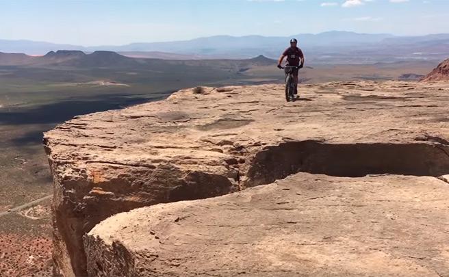 Espeluznante caída de un ciclista al borde de un precipicio, o cómo jugarse la vida de la forma más absurda