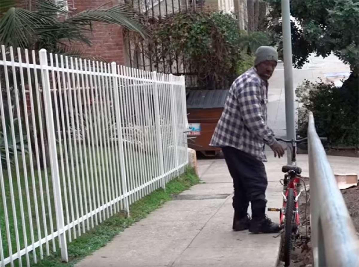 Una cámara oculta + una bicicleta sin frenos + una cuesta abajo = Broma muy dolorosa para ladrones