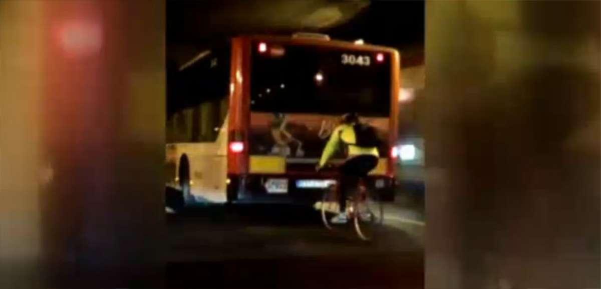 Un ciclista rodando a 70 km/h detrás de un autobús en una vía prohibida de Barcelona