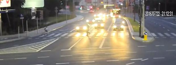 Ciclista salvado de ser atropellado por un coche... gracias a otro coche