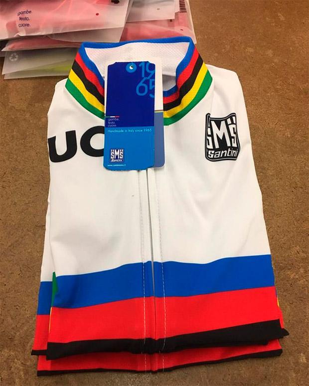 Luciendo los colores de campeón del mundo con la colección UCI de Santini