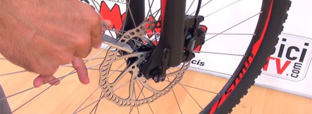 Cómo enderezar un disco de freno deformado