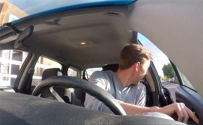 Abrir la puerta del coche con la mano contraria, un sencillo gesto que podría evitar muchos accidentes con ciclistas