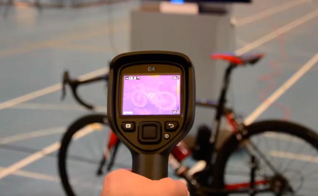 Así es un control de la UCI para detectar el fraude tecnológico en una bicicleta de competición