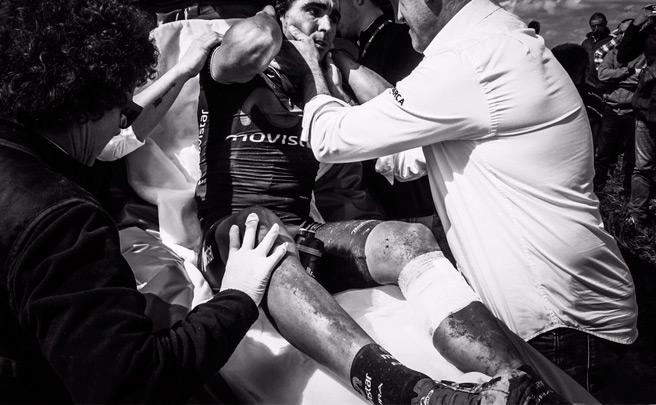 Fran Ventoso del Movistar Team, el primer ciclista del pelotón en sufrir una lesión con los frenos de disco