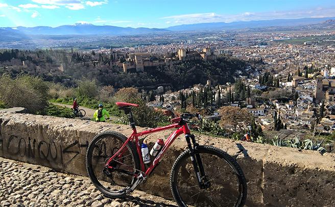 La foto del día en TodoMountainBike: 'Con La Alhambra de fondo'