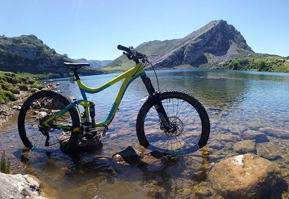 """La foto del día en TodoMountainBike: """"Cielo azul en los Lagos de Covadonga"""""""