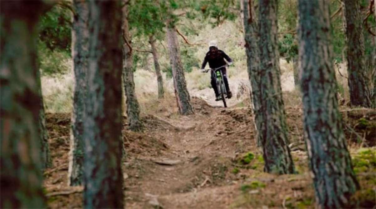 """Lluis Lacondeguy rodando por el """"Orugas Trail"""" de La Molina Bike Park"""