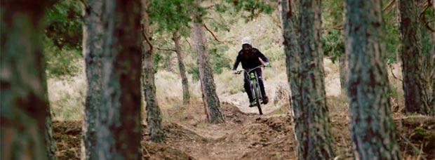 Lluis Lacondeguy rodando por el 'Orugas Trail' de La Molina Bike Park