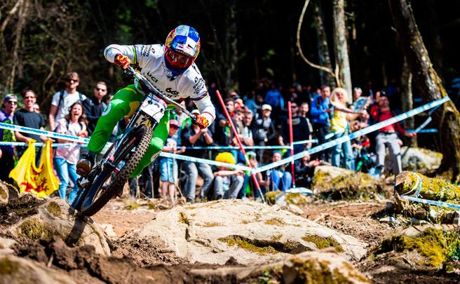 Loïc Bruni, Campeón del Mundo de DH, con la clavícula rota tras una caída